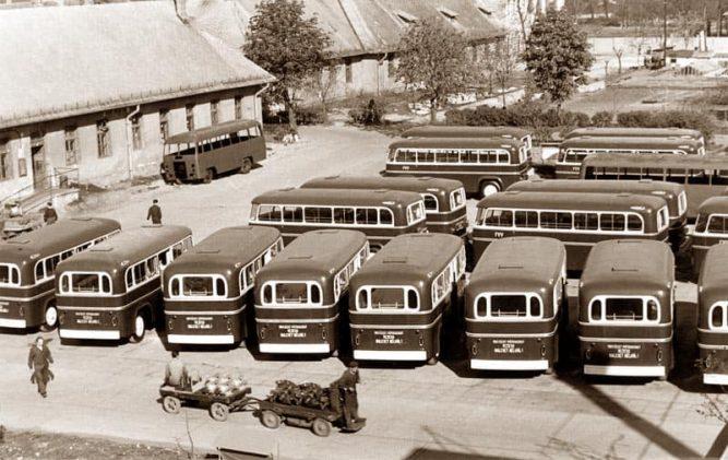A gyárudvaron az FVV részére készített pótkocsik