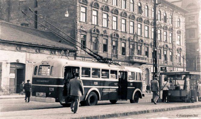 Budapest VIII. Baross utca, trolivégállomás az Orczy térnél a Baross villamoskocsiszín előtt. Jobbra a háttérben a Szeszgyár utca torkolata. ÉV 1954 KÉPSZÁM 197060 ADOMÁNYOZÓ Keveházi János