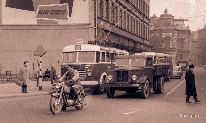 Budapest VIII. Kálvin tér, szemben a Baross utca. ÉV 1963 KÉPSZÁM 67576 ADOMÁNYOZÓ Magyar Rendőr