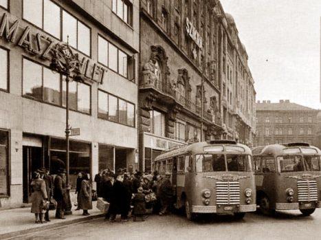 A Vörösmarty téren. 1951.